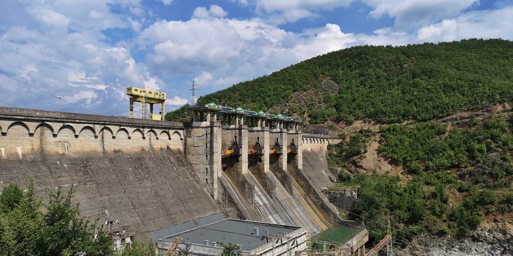 Staumauer und Wasserkraftwerk Ulëz