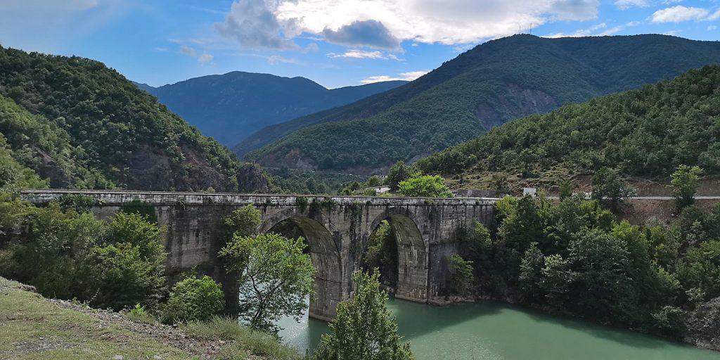Betonbogenbrücke bei Ulëz, Albanien