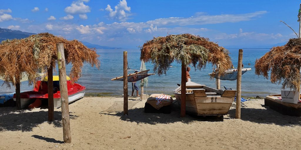 Am Strand von Pogradeç