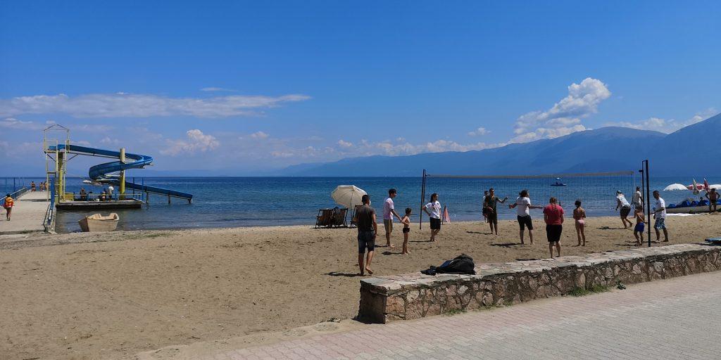 Wasserrutsche und Volleyball am Strand von Pogradeç