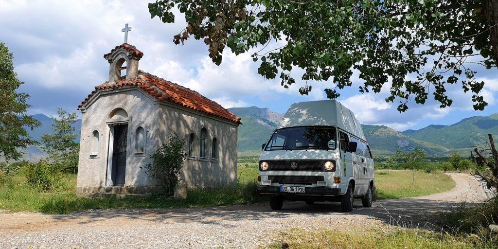 Kapelle entlang der SH75 in der Nähe von Ersekë