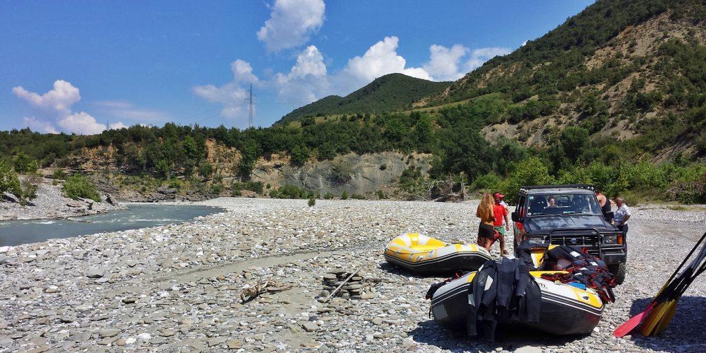 Gleich kann es losgehen: Rafting auf der Vjosa