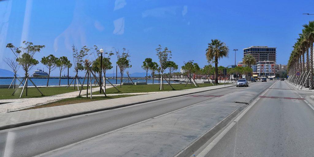 Vlorë, links die Fähre nach Brindisi (I)