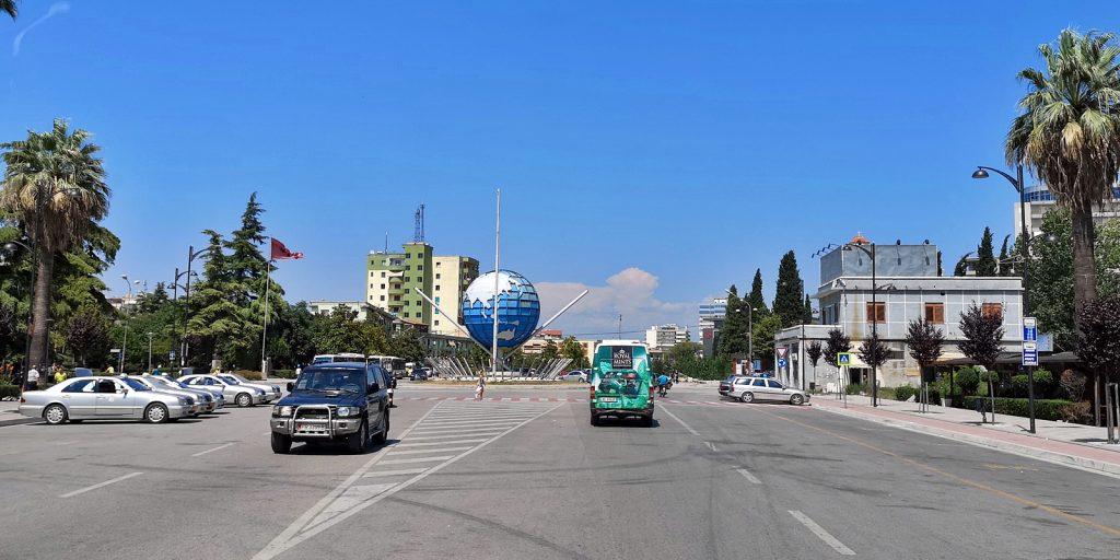 Kreisverkehr mit Weltkugel, Fier