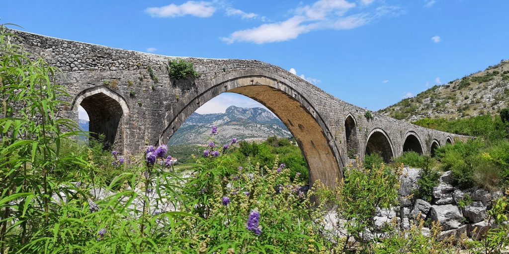 Osmanische Brücke Ura e Mesit, Shkodra, Albanien