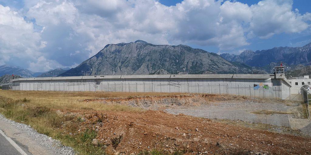 Die GEfängnismauer ist voll von gut gemeinten Durchhalteparolen :)