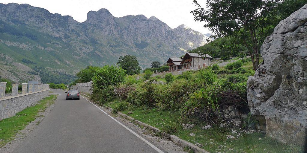Könnte auch in der Schweiz sein: Straße nach Theth