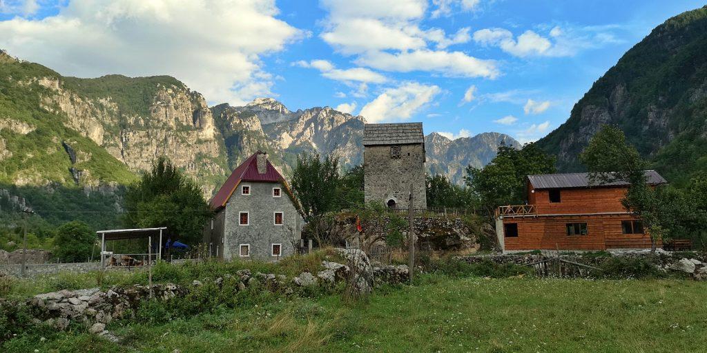 Neue Gebäude drängen sich ins Bild: Kulla-Turm, Theth