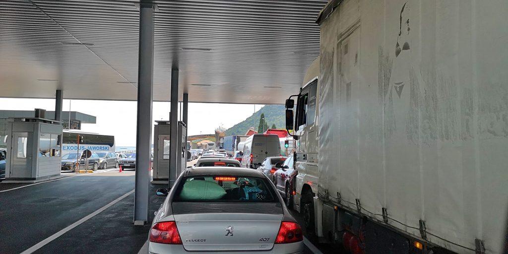 Elende Warteschlange zwischen Albanien und Montenegro