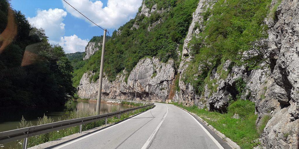 M-18 entlang der Željeznica zwischen Trnovo und Krupac