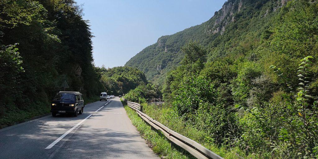 Deutscher Bulli auf der M-18 in Bosnien-Herzegowina