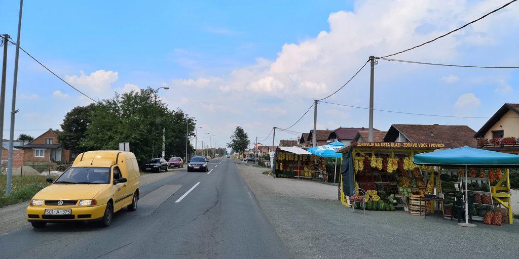 Obst- und Gemüsestände säumen die Straße nach Gradiška