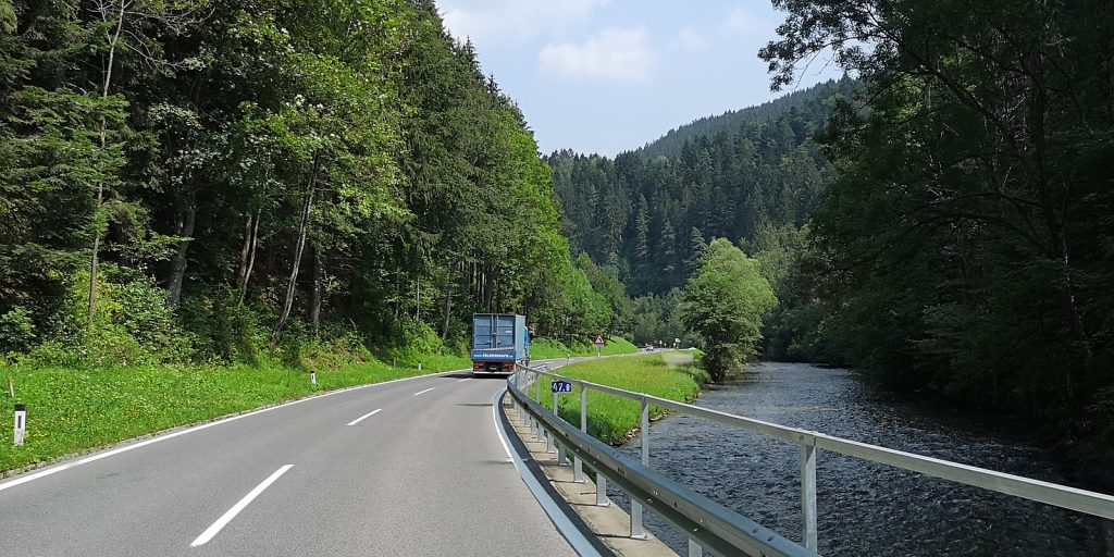 Landschaftlich schöne B72 entlang des Flusses Feistritz