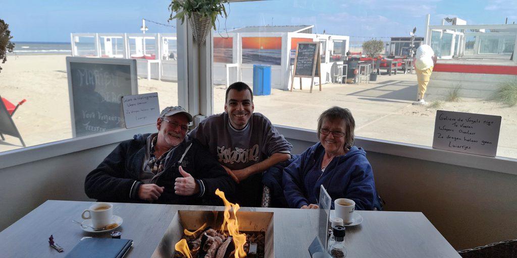 Strandcafé mit Tischfeuer in Hoek van Holland
