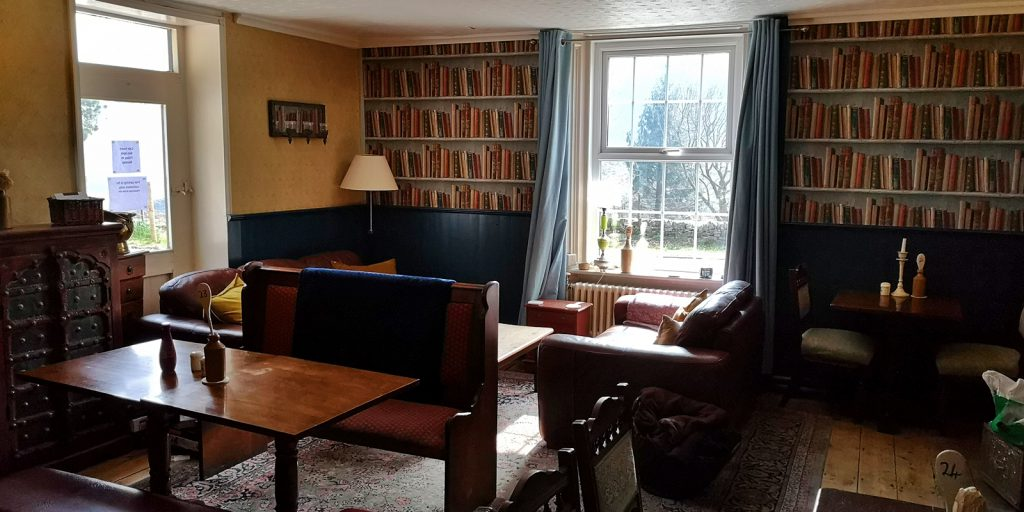 Interieur des gemütlichen Snake Pass Inn mit Bücherregal-Fototapete