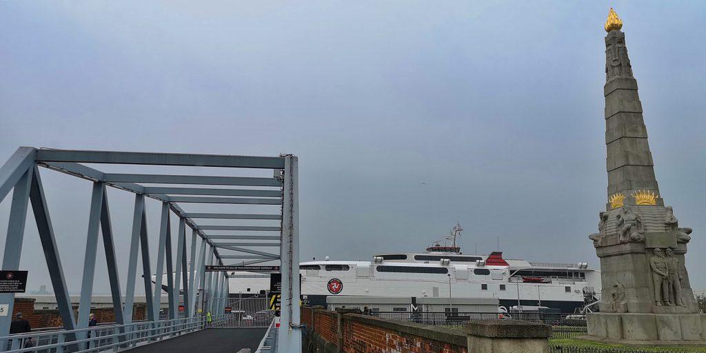 HSC Manannan mit der Titanic-Gedächtnissäule