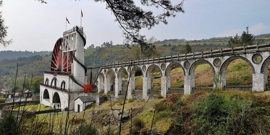 Great Laxey Wheel und das rund 180m lange Viadukt für das Gestänge