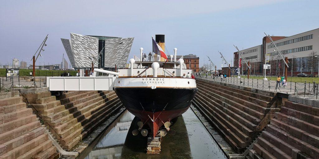 SS Nomadic, im Hintergrund Titanic Belfast