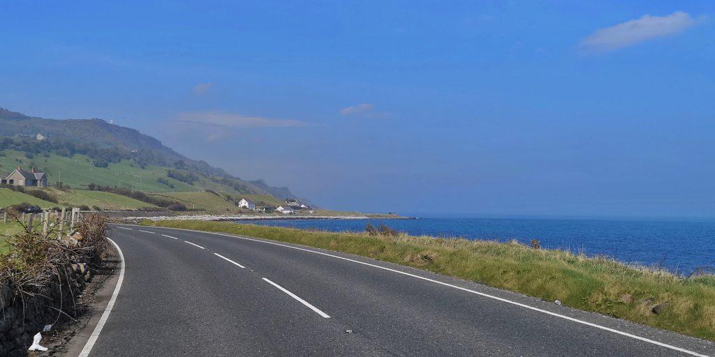 Entlang der Causeway Coastal Route zwischen Ballygally und Carnlough