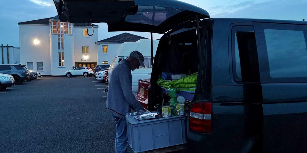 Abendessen auf dem Hotelparkplatz