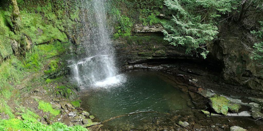Der Glencar Wasserfall hat eine Fallhöhe von rund 15 Metern