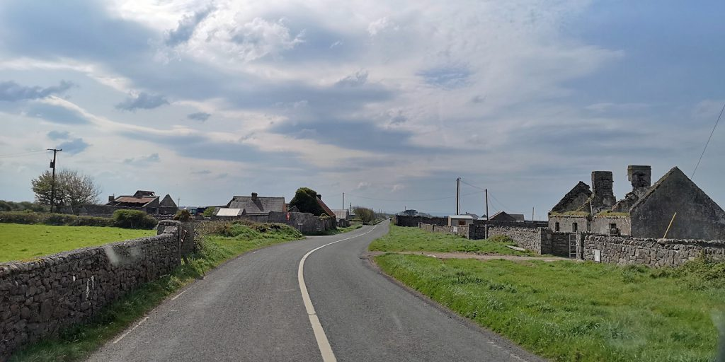 Verlassene Häuser westlich von Easky, Wild Atlantic Way, Co. Sligo