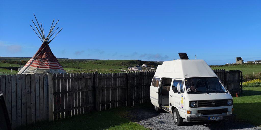 Morgenstimmung mit Wigwam auf dem Campingplatz in Doolin