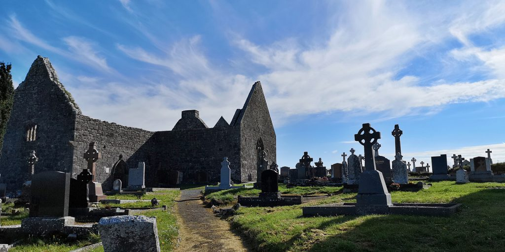 Reste der Kathedrale mit dem noch aktiven Friedhof