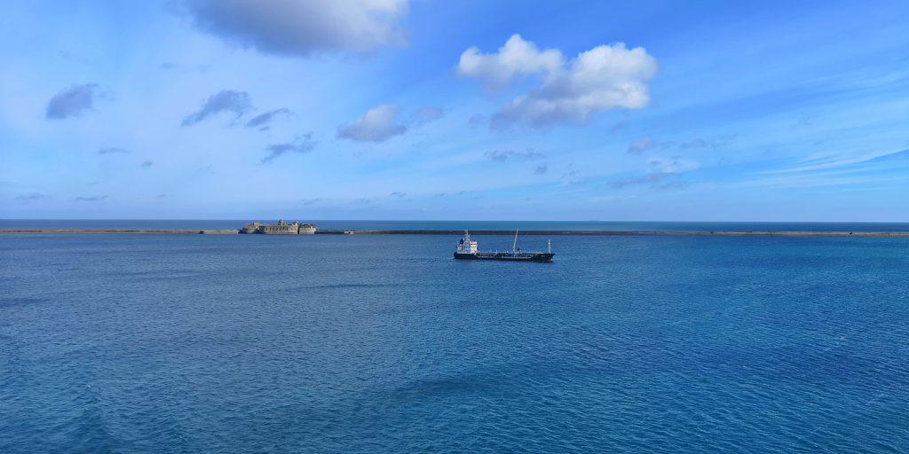 Einfahrt in den Hafen von Cherbourg