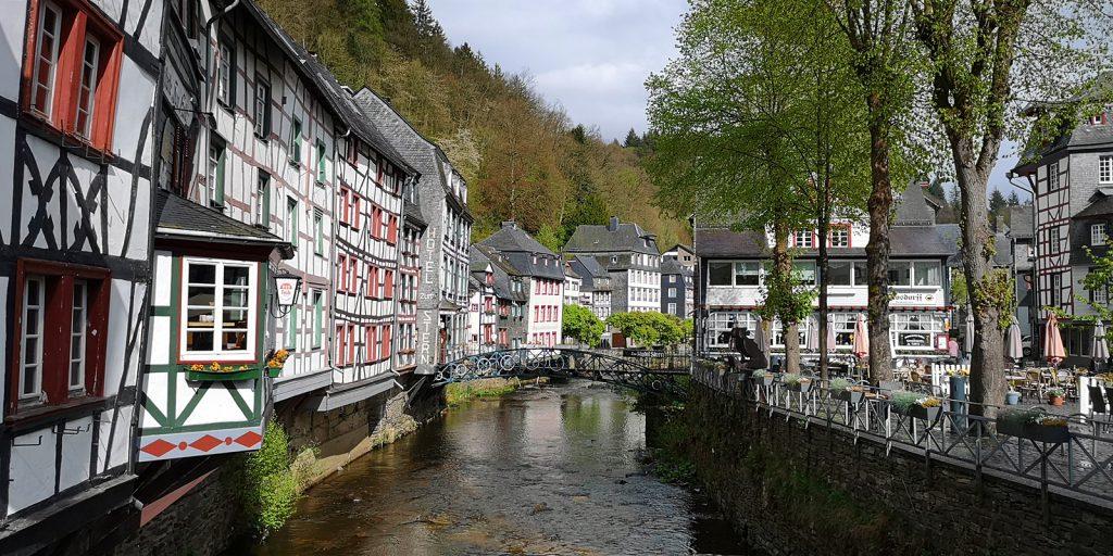 Monschau mit Rur und Marktplatz (rechts)