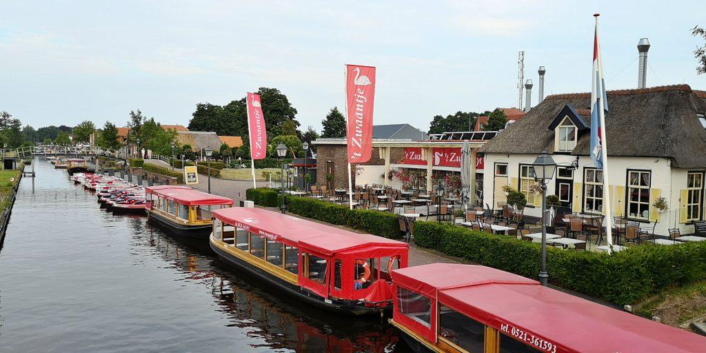Verbindungskanal mit Touristenbooten, Giethoorn