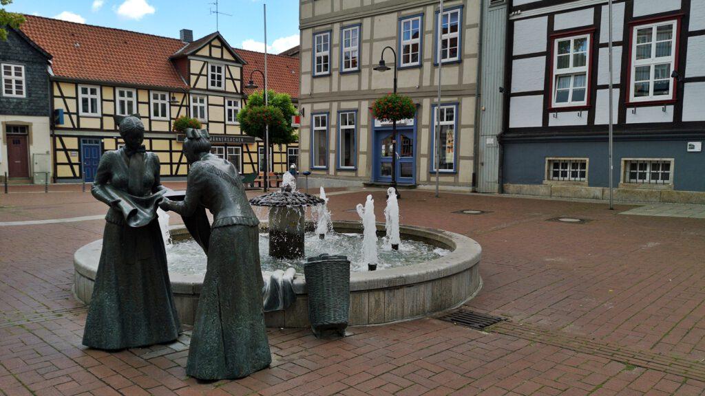 """""""Die Leinenweberinnen"""", Marktplatz Lüchow (Wendland)"""