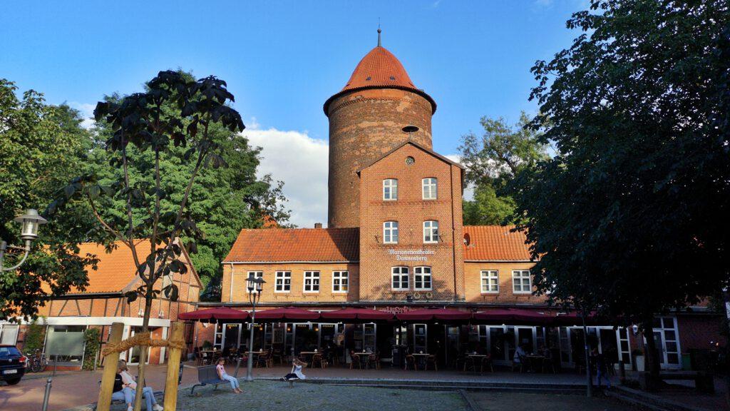 Marionettentheater Dannenberg, im Hintergrund der Waldemarturm