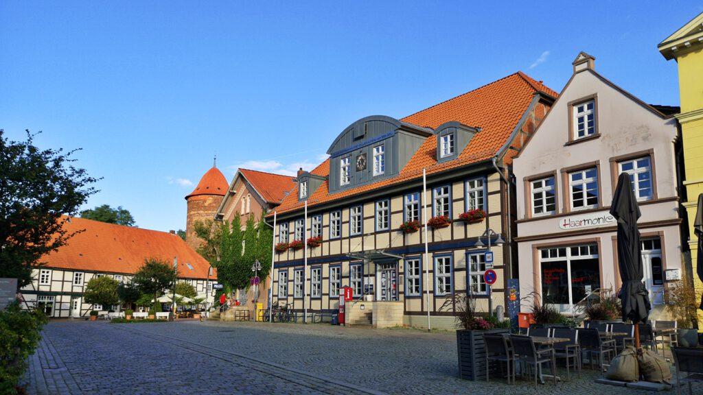 Rathaus Dannenberg, im Hintergrund der Waldemarturm