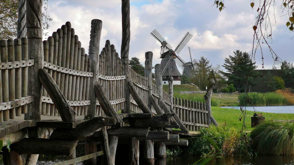 Dekorative Holzbrücke zwischen Griechenland und Deutschland