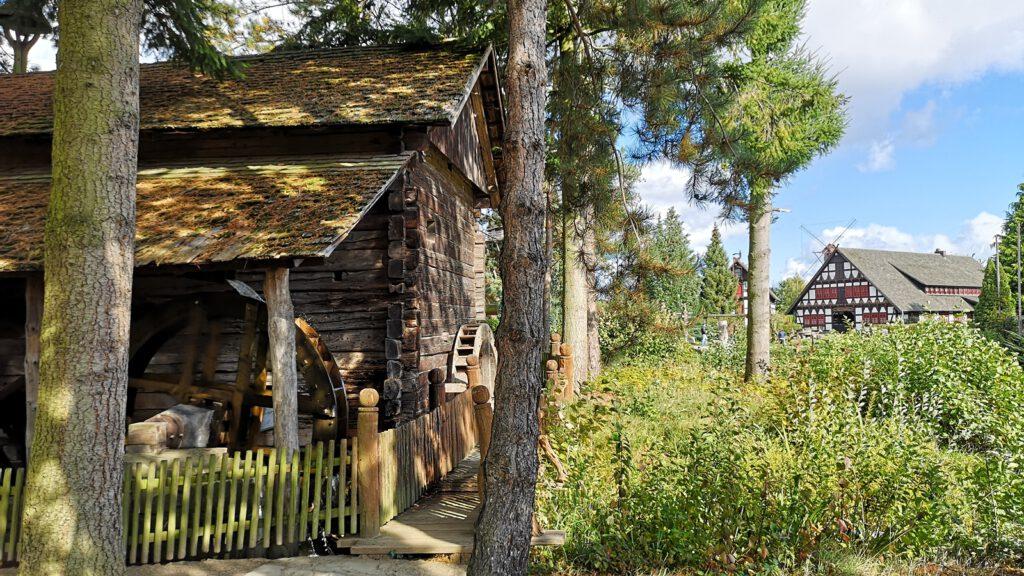 Tiroler Wassermühle, im Hintergrund der Dorfplatz