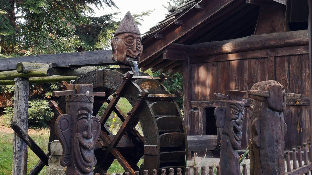 Koreanische Wassermühle mit Holzschnitzereien